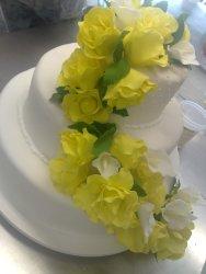 Cascata de rosas aplicadas no bolo