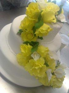 Cascata de rosas aplicada no bolo